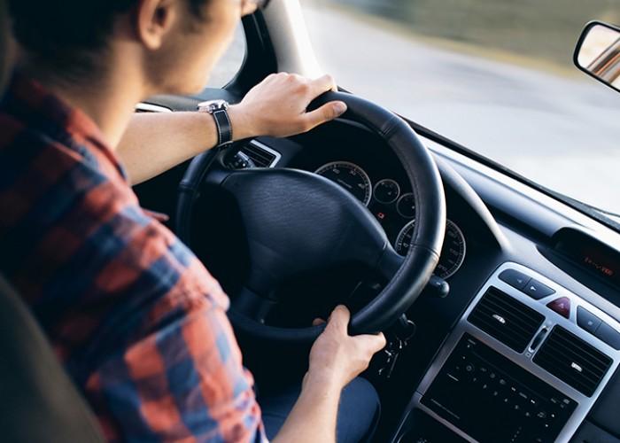 Driver in car looking at te road